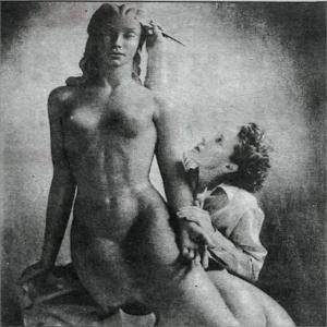 Nína Sæmundsson vinnur að verki sínu Hafmeyjunni einhvern tíman á árunum 1945-47. Nína bjó þá í Los Angeles.